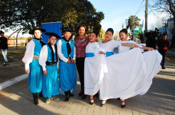 Myrian Prunotto junto a los chicos de la academia Estampa del Amanecer de Estación Juárez Celman