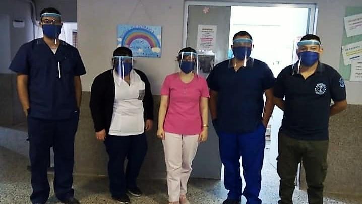 Personal de salud equipado con mascarillas de fabricación local covid-19